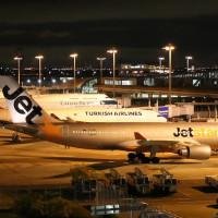 夜の関空 飛行機